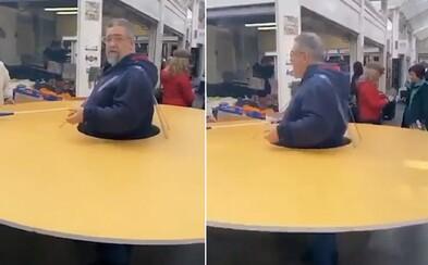 Video: Muž sa proti koronavírusu chránil gigantickým kruhom z kartónu. Udržiaval si tak vzdialenosť od cudzích ľudí