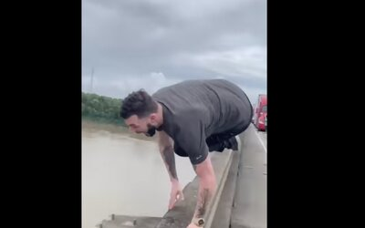 VIDEO: Muž skočil z mostu do vody s aligátory, nechtělo se mu čekat v zácpě