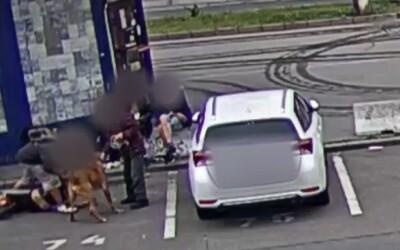 VIDEO: Muž v Brně surově zbil ženu uprostřed města. Na zemi ji kopal do hlavy a mlátil pěstmi