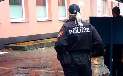 VIDEO: Muž v Karviné chtěl na Silvestra udělat pořádek,  s pistolí vyběhl na tři lidi pouštějící petardy