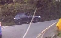 VIDEO: Muž venčil svojho psa počas šoférovania. Vôdzku držal cez otvorené okno