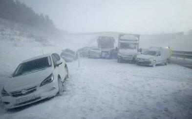 Video: Na diaľnici pod Tatrami sa zrazilo 18 áut, dodávka a autobus. Cestu museli uzatvoriť (Aktualizované)