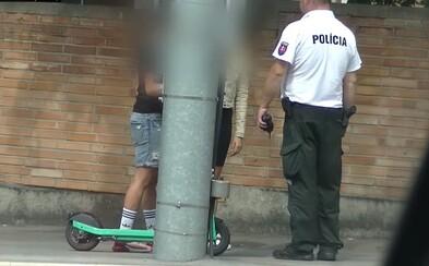 VIDEO: Na elektrickej kolobežke výlučne sám, varujú policajti. Zdieľajú chvíle, keď dvojiciam naparili pokuty