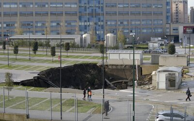 VIDEO: Na parkovisku pred nemocnicou v Neapole došlo k masívnemu výbuchu. Do obrovského krátera padali autá