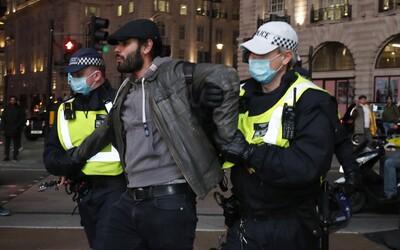 VIDEO: Na protestu proti lockdownu v Londýně zatkli přes 60 osob. Když policie dav rozehnala, začal být agresivní