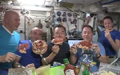 VIDEO: Na vesmírnej stanici to žilo, astronauti si spravili pizzovú párty vo vesmíre. Vo vzduchu lietali kúsky pizze