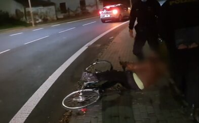 VIDEO: Namol opilý cyklista kličkoval skoro 10 kilometrů po silnici. Když ho policisté zastavili, sesunul se k zemi