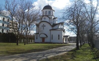 Video: Napriek zákazu sa v bratislavskom chráme stretlo cez 100 veriacich. Anonym ich pritom natočil