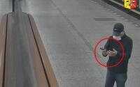 VIDEO: Násilník v Prahe brutálne prepadáva mladé ženy. Polícia prosí verejnosť o pomoc
