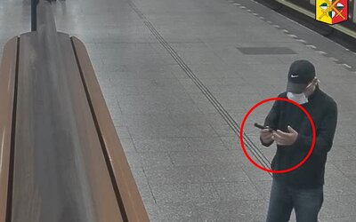 VIDEO: Násilník v Praze brutálně přepadá mladé ženy, spravedlnosti uniká. Policie prosí veřejnost o pomoc