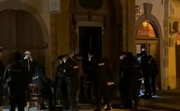 VIDEO: Nelegální party v centru Prahy s desítkami lidí zarazili těžkooděnci. Policie našla i drogy