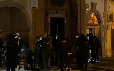 VIDEO: Nelegálnu párty v centre Prahy s desiatkami ľudí zarazili ťažkoodenci. Polícia našla aj drogy