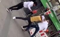 """VIDEO: Němec se na ulici popral s muži tmavší pleti. Vykřikoval při tom """"Heil Hitler"""""""