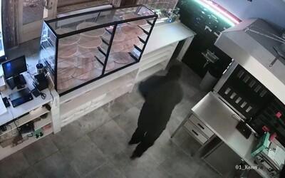 VIDEO: Neznámý pachatel zapálil pizzerii v Příbrami