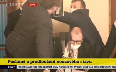 Video: Niektorí českí poslanci sa pobili priamo v parlamente