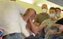 VIDEO: Odmietli si dať rúško, tak ich začali mlátiť. V lietadle na Ibizu zažili cestujúci bitku ako z akčného filmu