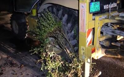 VIDEO: Opilý Slovák jezdil v noci v bagru s 2,21 promile. Rozmačkal auta, keře i obrubníky