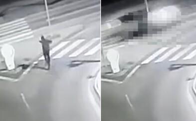 VIDEO: Opilý Slovák vběhl rovnou pod auto. Řidič neměl šanci zastavit