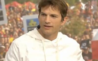 """VIDEO: """"Osprchuj se!"""" Na Ashtona Kutchera během komentování fotbalu lidé křičeli kvůli jeho hygienickým návykům"""