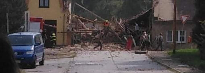 VIDEO: Palubní kamera zachytila výbuch v Koryčanech. Z domu vyšlehly plameny, pak se začal valit hustý dým