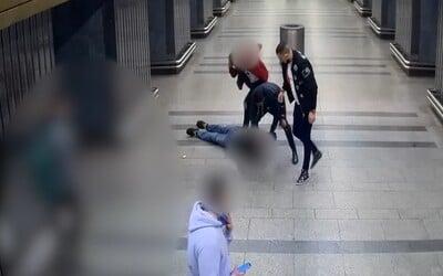 VIDEO: Parta násilníků zbila a okradla v nouzovém stavu muže v pražském metru. Hrozí jim až osmiletý trest