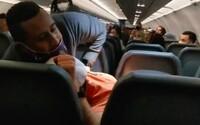 VIDEO: Pasažéra museli svázat lepící páskou. Osahával letušky a útočil na personál. Křičel, že jeho rodiče jsou milionáři