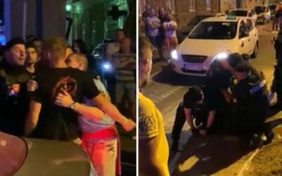 VIDEO: Policajt v Košiciach jediným úderom poslal mladého muža tvrdo k zemi. Tam na ňom mali muži zákona kľačať