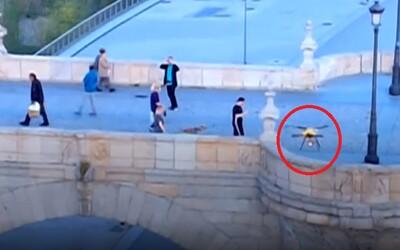 Video: Polícia pomocou dronov naháňa ľudí, ktorí majú byť v domácej karanténe