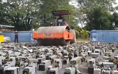 VIDEO: Polícia zničila 1 068 počítačov na ťaženie kryptomeny. Prešla po nich obrovským valcom
