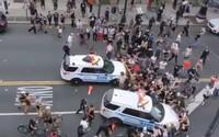 VIDEO: Policie v New Yorku autem rozrazila dav protestujících, v Chicagu napadli policistku