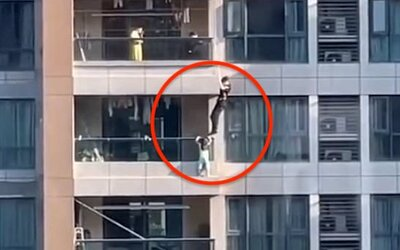 VIDEO: Policista v Číně hrdinsky zachránil život čtyřletého děvčátka, které viselo z balkonu v 11. patře