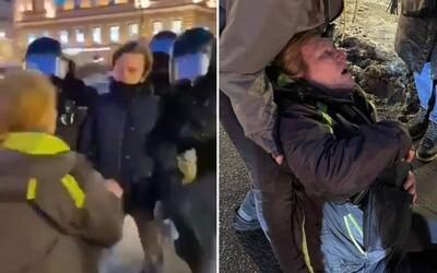 VIDEO: Policista v Rusku skopl k zemi starší ženu, která mu položila otázku. Utrpěla silný otřes mozku