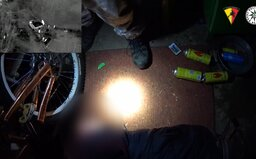 VIDEO: Policisté zasahovali ve varně drog v Praze. K zajištění 300 gramů pervitinu a 220 gramů marihuany použili beranidlo