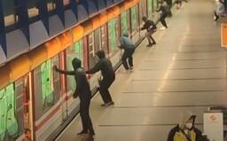 """VIDEO: Pražské metro zažilo """"sprejerský útok"""". S vandaly se prali cestující"""