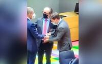VIDEO: Premiér Lucemburska poplácal ruku Babiše na zasedání Evropské rady. Je to přátelské gesto, řekl český premiér