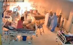 VIDEO: U pacientů s koronavirem vybuchl plicní ventilátor. Zdravotníci je museli rychle evakuovat
