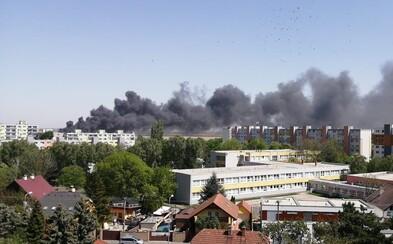 VIDEO: Pri požiari v Bratislave zasahuje viac ako 50 hasičov, horí veľká budova
