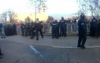 VIDEO: Protestujúci chuligáni zranili policajta. Do strážcov zákona hádzali pyrotechniku aj fľaše od alkoholu