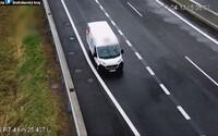 VIDEO: Řidič dodávky na Slovensku šňupal kokain rovnou pod dálniční kamerou. Případ už vyšetřují policisté