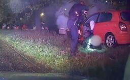 VIDEO: Řidič v Praze ujížděl policistům, až naboural do stromu. Měl zákaz řízení a auto plné kradených věcí