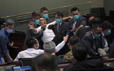 VIDEO: Rvačka v hongkongském parlamentu. Poslancům se nelíbí, že se do vedoucích pozic dostávají pročínští kandidáti