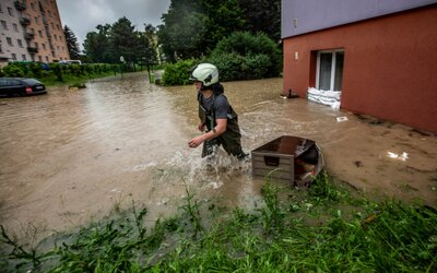 VIDEO: Rychnovsko bojovalo s vodou. Hasiči odčerpávali zaplavené sklepy, Kněžná skoro dosáhla třetího povodňového stupně