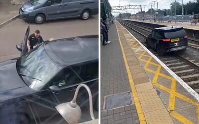 VIDEO: Šílená krádež auta: zloděj srazil dva policisty a pak unikal po vlakových kolejích