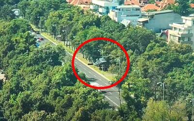 VIDEO: Sleduj, ako americký Black Hawk stratil výkon a začal padať k zemi v centre Bukurešti. Núdzovo pristál na kruhovom objazde