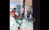 """VIDEO: Sleduj tajomnú ruku, ktorá """"nenápadne"""" hádže lístky do volebnej urny. Pribúdajú svedectvá o falšovaní volieb v Rusku"""