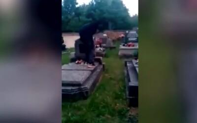 VIDEO: Slovák ničil na cintoríne všetko, čo mu prišlo do cesty. Juan sa pokúsil vysvetliť, čo sa stalo