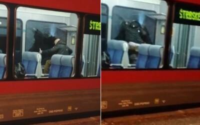 Video: Slovák si nechtěl nasadit respirátor, v tramvaji kladivem a rukou rozbil okno