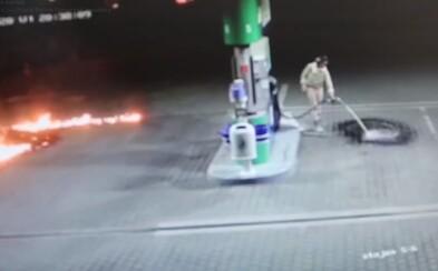 VIDEO: Slovenka liala na pumpe benzín na zem priamo z hadice, následne škrtla zápalkou