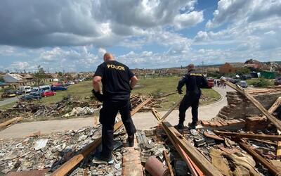VIDEO: Strechy z modrého igelitu aj nová skládka. Takto vyzerajú české dediny zničené tornádom z vtáčej perspektívy