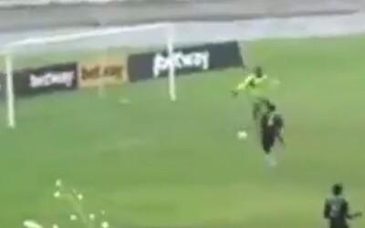 VIDEO: Svojmu tímu strelil dva vlastné góly. Urobil to naschvál, aby vraj prekazil vopred dohodnutý výsledok zápasu